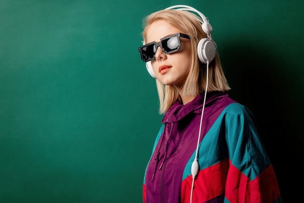 Artfrau in der sonnenbrille mit kopfhörern