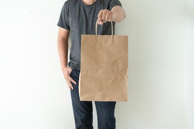 Artikel für endverbraucher packung man zeigt taschenspiegelung