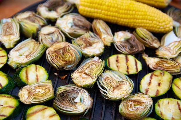 Artischockenzucchini-maiskolbengrillgemüse