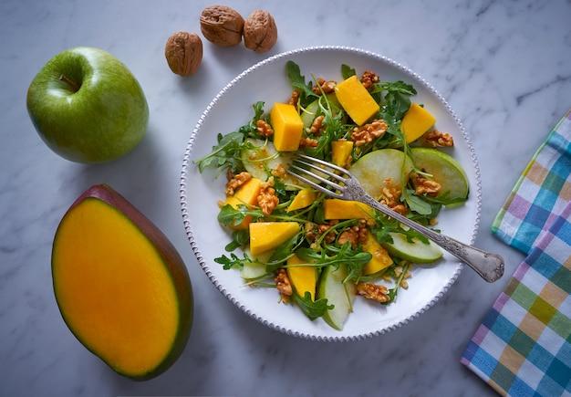 Arugula mango und apfelsalat gesund