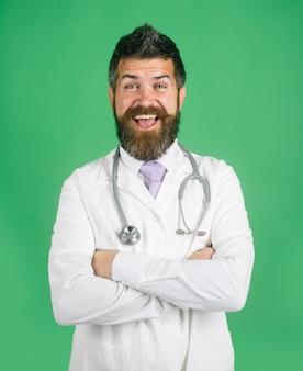 Arzt apotheker bärtiger arzt mit stethoskop stehend mit verschränkten armen medizinische apotheke