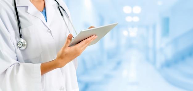 Arzt arbeitet im krankenhaus gesundheitswesen und medizinischer dienst.