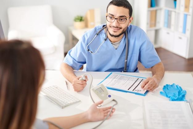 Arzt arbeitet mit dem patienten