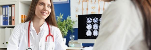 Arzt berät patienten und füllt dokumente aus, nahaufnahme