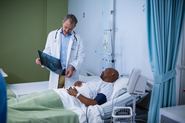 Arzt bespricht röntgen mit dem patienten auf der station