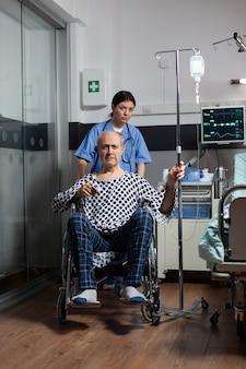 Arzt, der älteren kranken hospitalisierten mann vorbereitet