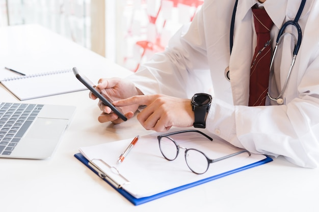 Arzt, der an smartphone arbeitet. medizintechnik-konzept.