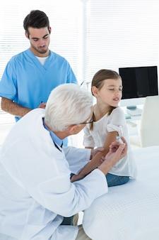 Arzt, der dem patienten eine injektion gibt