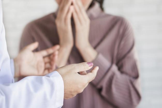 Arzt, der dem schockierten patienten schlechte nachrichten erzählt
