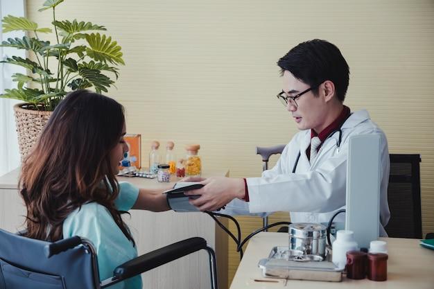 Arzt, der den blutdruck eines patienten misst
