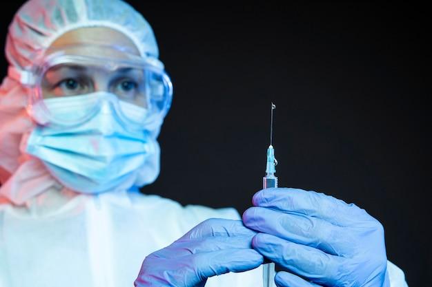 Arzt, der den coronavirus-impfstoff vorbereitet