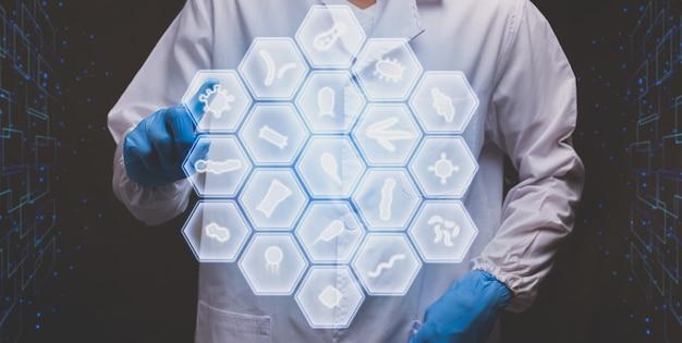 Arzt, der den modernen virtuellen bildschirm des elektronischen hologramm-mikroorganismus berührt