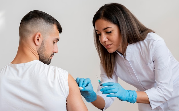 Arzt, der den patienten impft