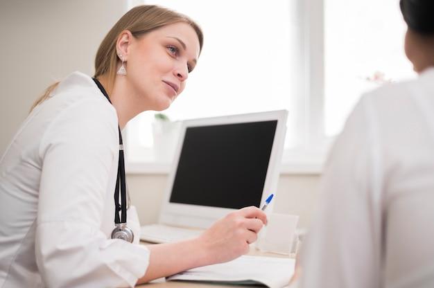 Arzt, der den patienten überprüft