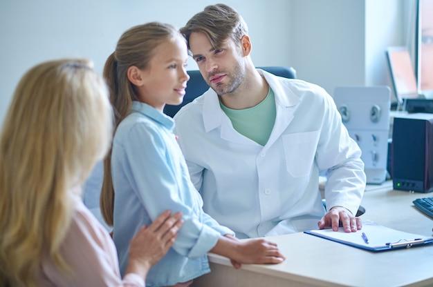 Arzt, der den zustand des äußeren gehörgangs des patienten analysiert