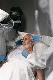 Arzt, der die atemprobleme eines patienten überprüft