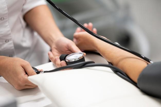 Arzt, der die gesundheit des patienten überprüft
