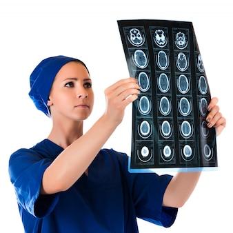 Arzt, der die röntgenstrahlphotographie lokalisiert auf weißem hintergrund analysiert