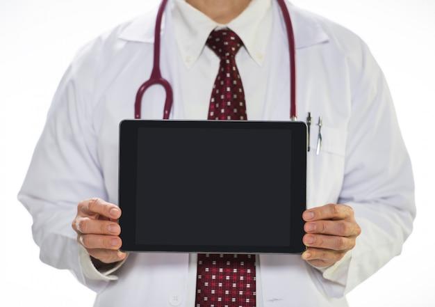 Arzt, der die tablette gegenüberstellt die front hält