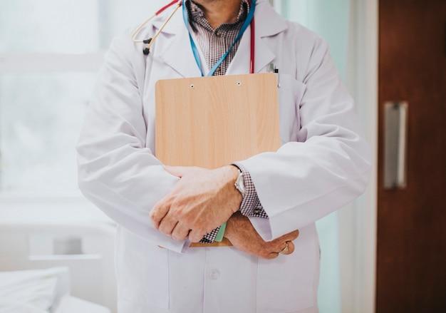Arzt, der ein klemmbrett mit medizinischen informationen hält