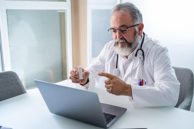 Arzt, der eine videokonferenz mit einem patienten hat, der das ergebnis des pcr-tests zeigt