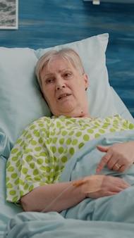 Arzt, der gesundheitsberatung mit pensioniertem patienten macht