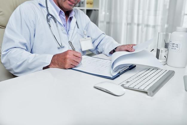 Arzt, der krankengeschichte füllt