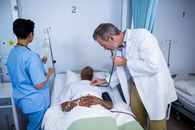 Arzt, der patientenherzschlag mit stethoskop in der station prüft