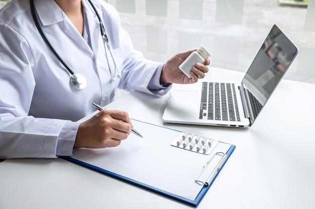Arzt, der sich mit dem patienten präsentiert und die ergebnisse des berichts und der verschreibung über das krankheitsproblem überprüft und die verwendung von medizin, gesundheitswesen und medizinischem konzept empfiehlt.
