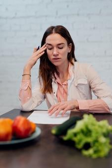 Arzt diätassistent macht einen ernährungsplan, ein arzt macht eine diät, um gewicht zu verlieren.
