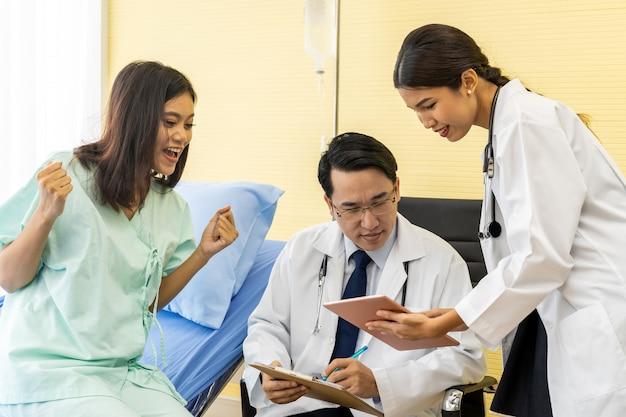 Arzt erklären dem patienten die behandlung