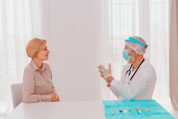 Arzt erklärt dem patienten informationen zum covid-virus