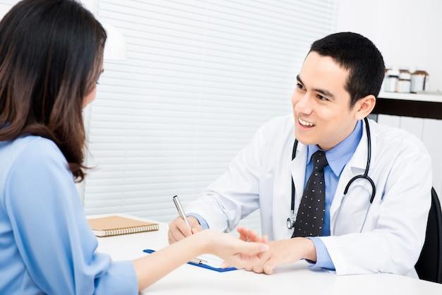 Arzt fragt einige informationen von patientin
