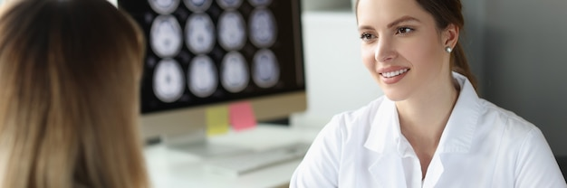 Arzt führt medizinische beratung für patienten im büro durch
