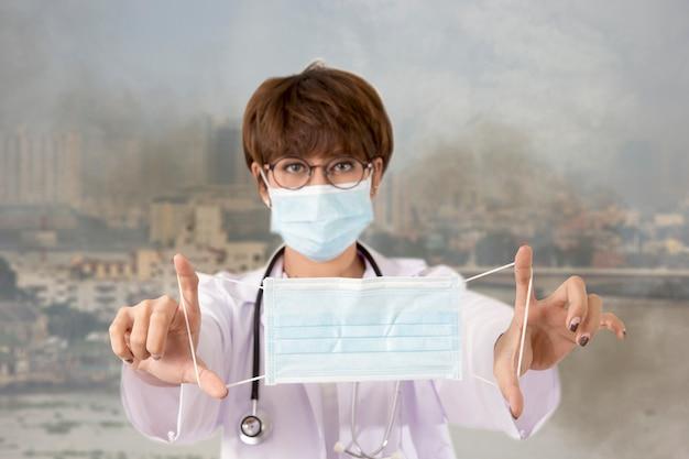 Arzt hält die maske, um den rauch und die verschmutzung zu schützen. bangkok, thailand