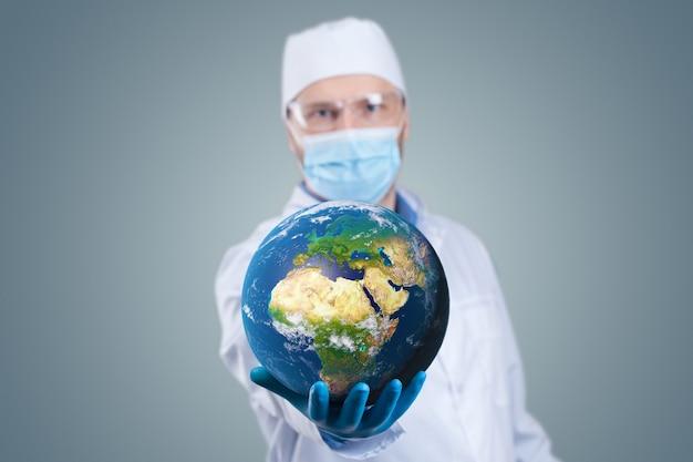 Arzt hält eine erdkugel in händen und eine medizinische spritze mit impfstoff gegen corona-virus. 3d-rendering. elemente dieses von der nasa bereitgestellten bildes.