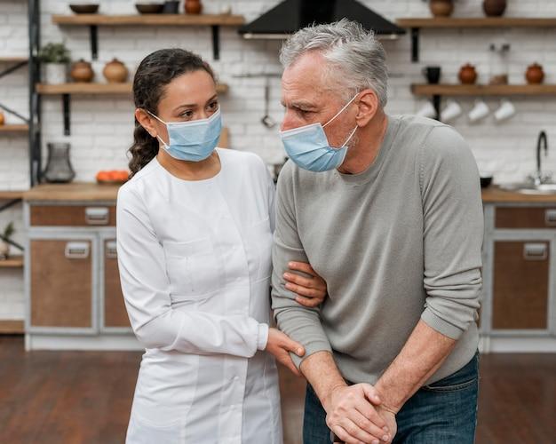 Arzt hält patienten in schmerzen