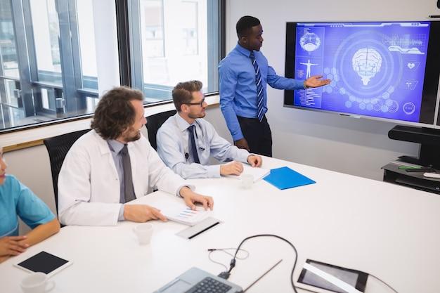 Arzt hält präsentation vor einem team von interimsärzten