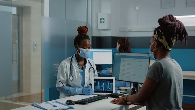 Arzt hält tablet mit analyse des menschlichen körpers für einen kontrollbesuch