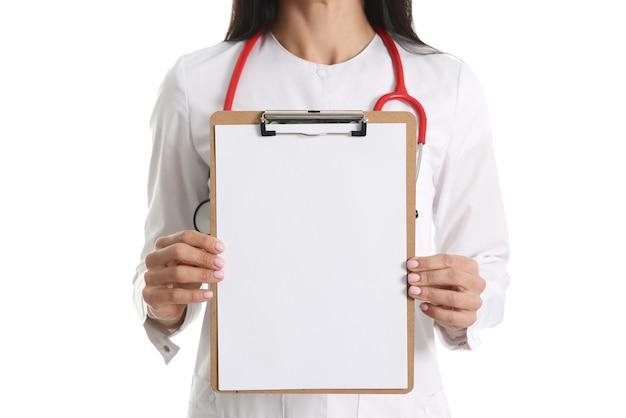 Arzt hält weiße leere zwischenablage auf weißem hintergrund