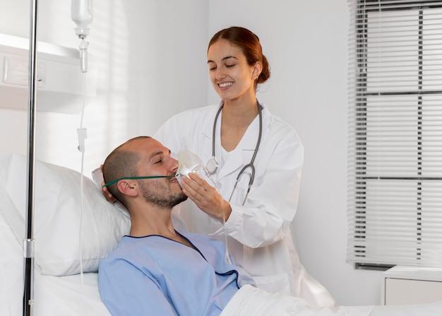 Arzt hilft dem patienten mittlerer schuss