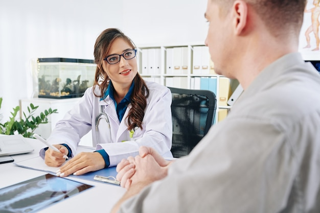 Arzt hört dem patienten zu