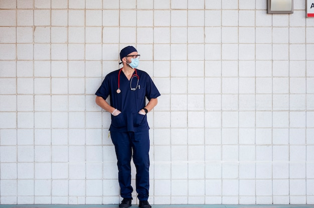 Arzt im krankenhaus draußen ruhen