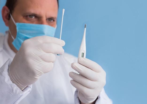 Arzt in einem schutzanzug, der bereit ist, auf das coronavirus zu testen
