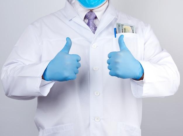Arzt in einem weißen kittel und krawatte zeigt mit seiner hand eine geste wie