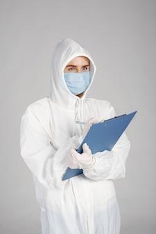 Arzt in einer medizinischen maske. coronavirus-thema. isoliert über weißem hintergrund. frau im schutzanzug.