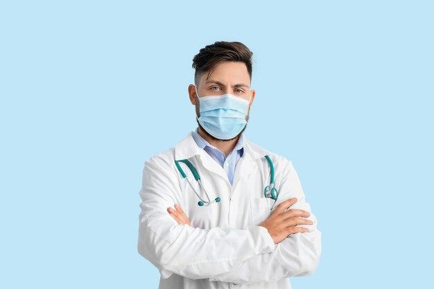 Arzt in medizinischer maske auf farbe