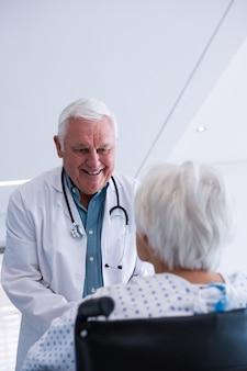 Arzt interagiert mit älteren patienten