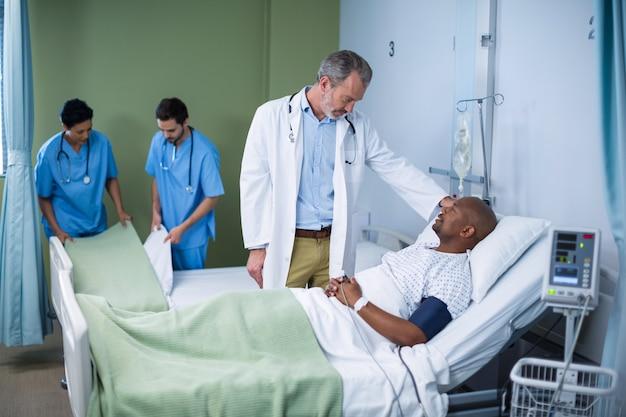 Arzt interagiert mit dem patienten auf der station