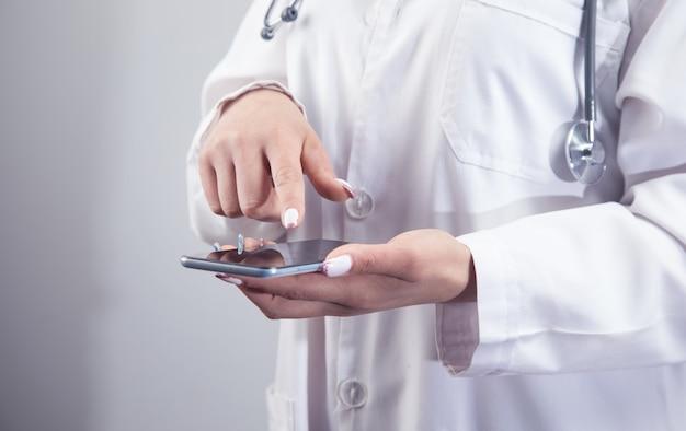 Arzt klickt auf den telefonbildschirm Premium Fotos